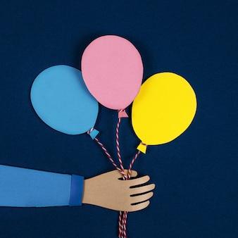 Hand met een roze papieren ballonnen. ballonnen feest uitnodigingskaart. vier bannerposters voor evenementen. vakantie, verjaardag, valentijn concept. 3d-papierkunst en origami-stijl. vierkant formaat