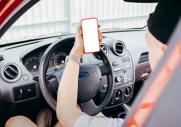 Hand met een smartphone met wit scherm