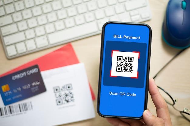 Hand met een smartphone om een qr-code te scannen