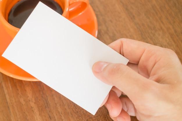 Hand met een visitekaartje