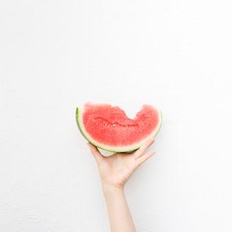 Hand met een watermeloen
