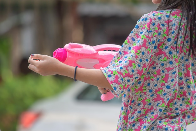Hand met een waterpistool spelen songkran festival of thais nieuwjaar in thailand.