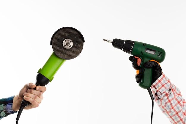 Hand met elektrisch gereedschap