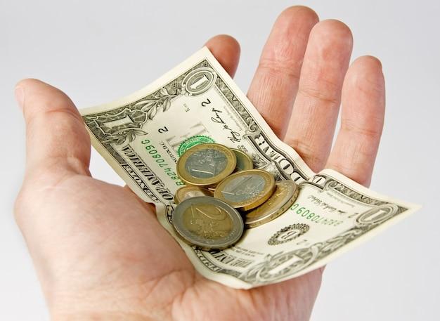 Hand met euro en dollar