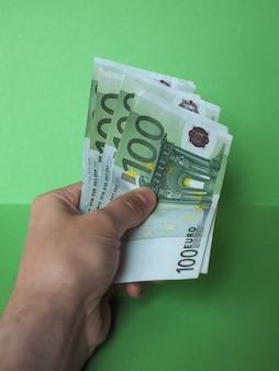 Hand met eurobiljetten, europese unie