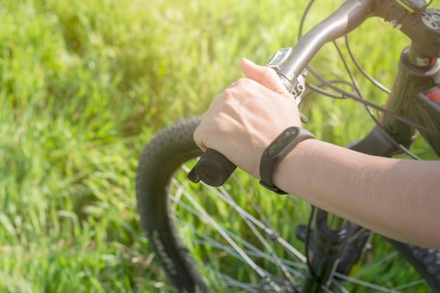 Hand met fitness armband