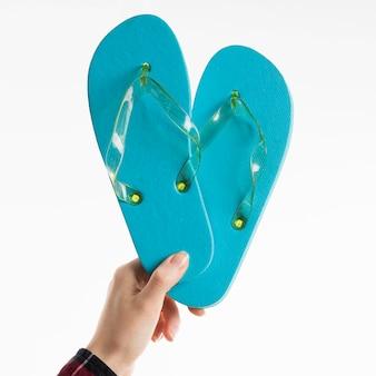Hand met flip-flops