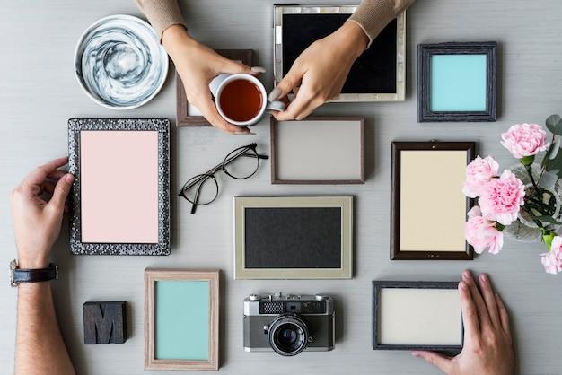 Hand met fotolijst op grijze achtergrond