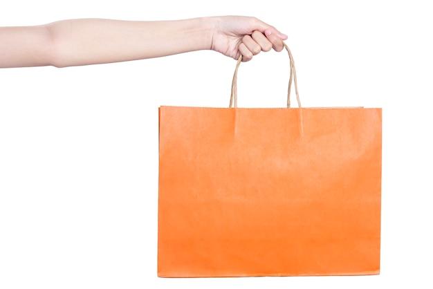 Hand met gekleurde boodschappentas geïsoleerd op witte achtergrond