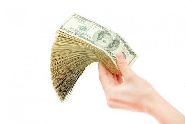Hand met geld op witte achtergrond wordt geïsoleerd die