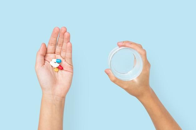 Hand met geneeskunde in gezondheidsconcept