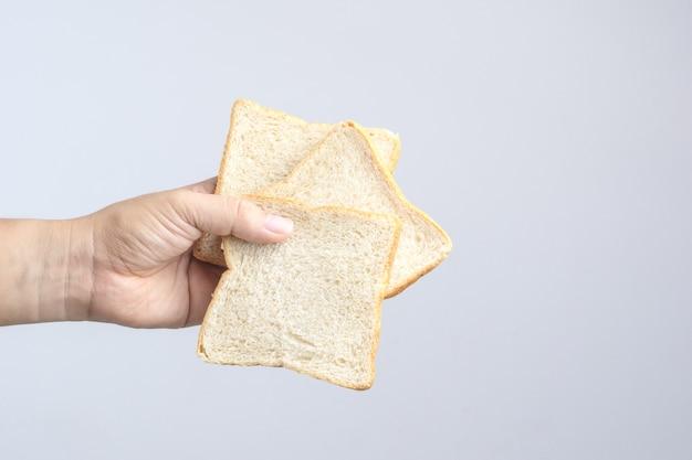 Hand met gesneden volkoren brood