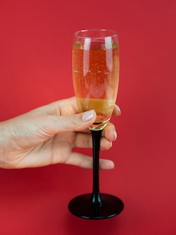 Hand met glas champagne