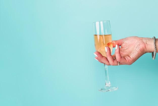 Hand met glas met kopie ruimte