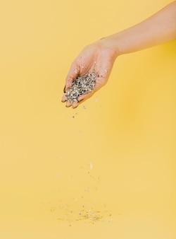 Hand met glitter met kopie ruimte