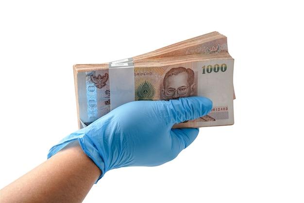 Hand met globe met thaise baht-bankbiljetten.