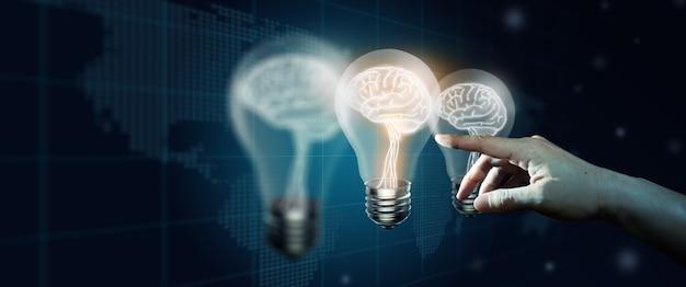 Hand met gloeilamp en gloeiende andere inspiratie en creatieve innovatieve ideetechnologieën