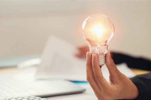 Hand met gloeilamp. idee concept met innovatie en inspiratie