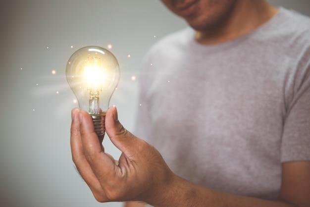 Hand met gloeilamp idee met innovatie en inspiratie technologie en oplossingsconcept