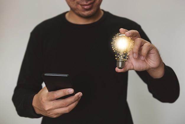 Hand met gloeilamp idee met innovatie en inspiratie