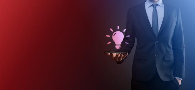 Hand met gloeilamp. slim idee pictogram geïsoleerd. innovatie, oplossingspictogram. energie oplossingen. macht ideeën concept. elektrische lamp, technologische uitvinding. menselijke handpalm. zakelijke inspiratie.