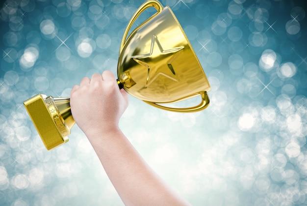 Hand met gouden trofee met blauwe achtergrond