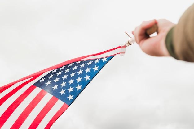 Hand met grote vlag van de vs