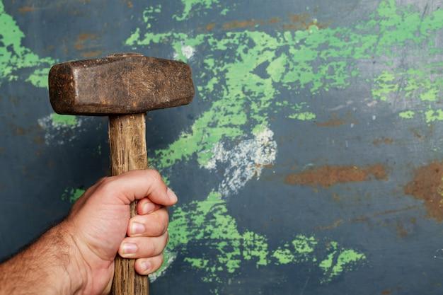 Hand met hamer, uitzicht vanaf de top