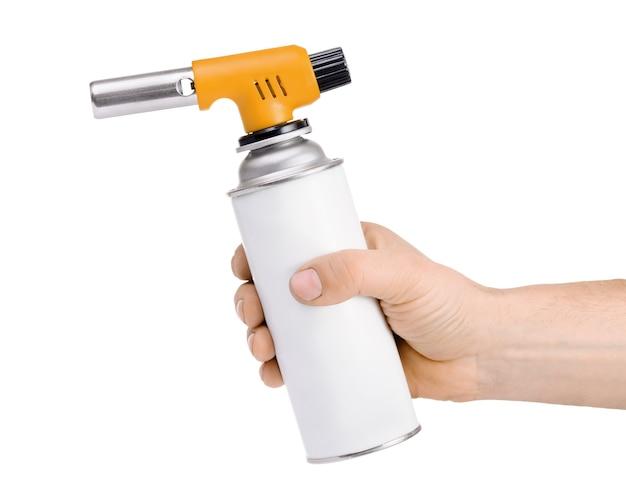 Hand met handmatige gasfakkelbrander geïsoleerd op wit