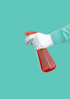 Hand met handschoen met spraydispenser