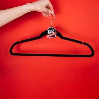 Hand met hanger met zwart vrijdag teken