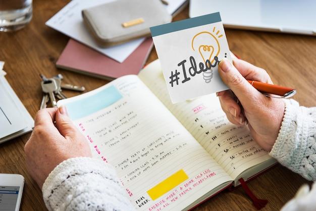 Hand met hashtag ideeën op een notitie