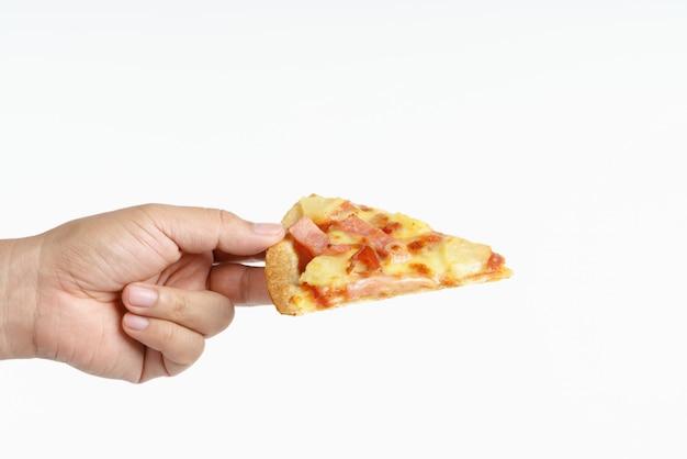 Hand met hawaiiaanse pizza