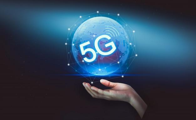 Hand met het 5g-hologram, draadloze systemen en internet van dingen in de toekomst.