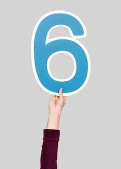 Hand met het nummer 6