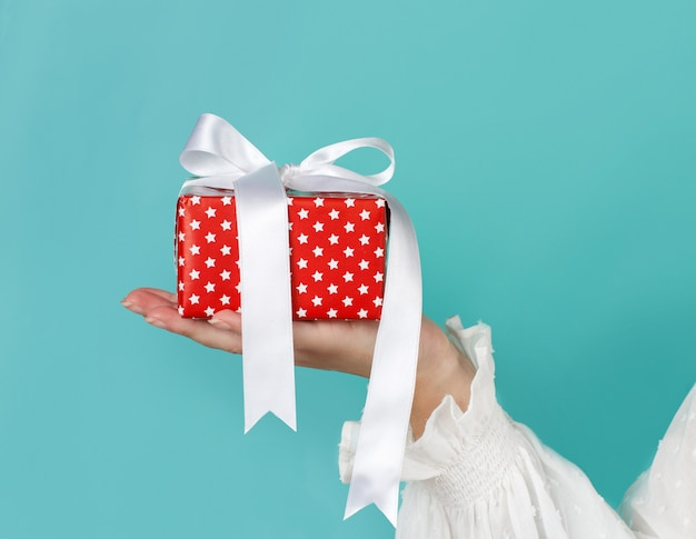 Hand met ingepakte geschenkdoos