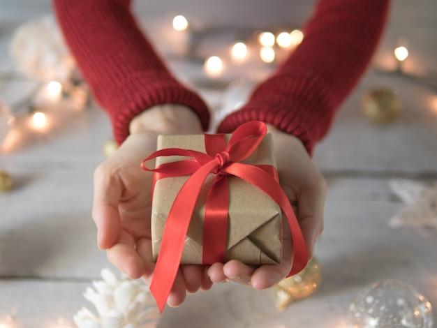 Hand met kerst geschenkdoos.