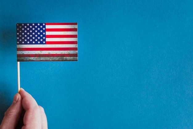 Hand met kleine amerikaanse vlag