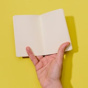 Hand met kleine notebook voor mock up