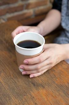 Hand met kopje koffie