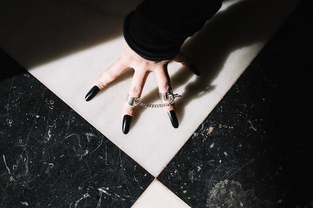 Hand met lange zwarte nagels