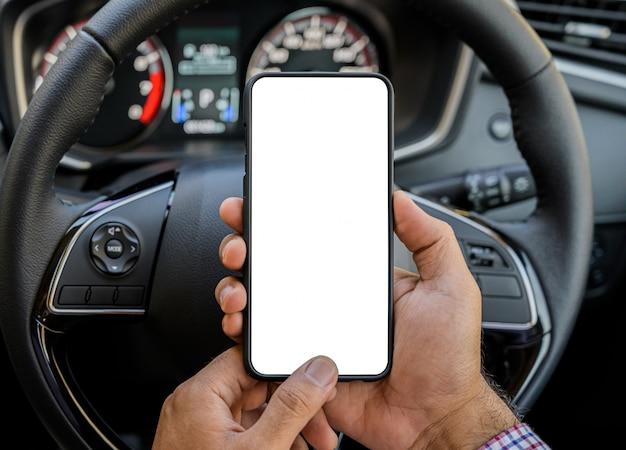 Hand met leeg scherm van smartphone tijdens het rijden
