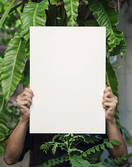 Hand met lege fotolijstjes