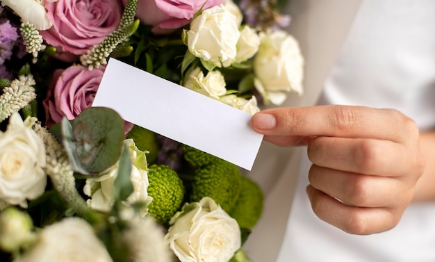 Hand met lege notitie close-up
