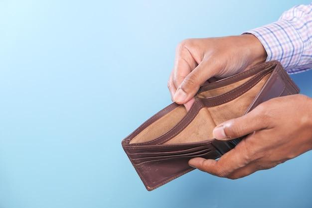 Hand met lege portemonnee met kopie ruimte.