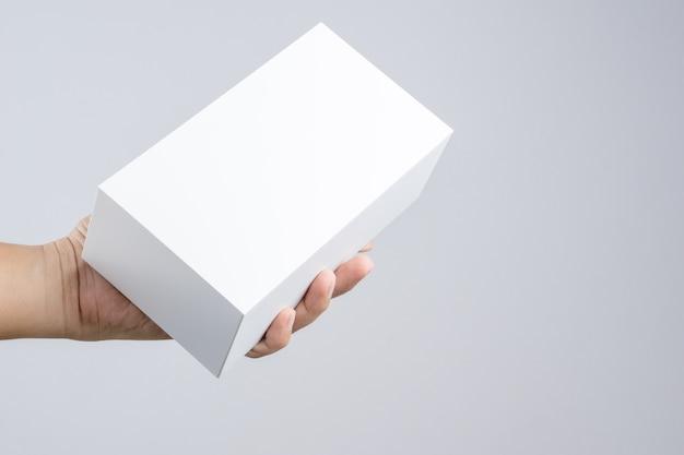 Hand met lege witte doos geven geschenk