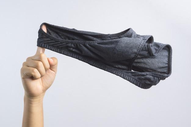 Hand met man ondergoed of onderbroeken voor mannen