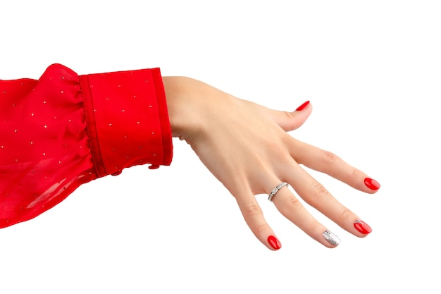 Hand met manicure geïsoleerd op een witte achtergrond met kopie ruimte