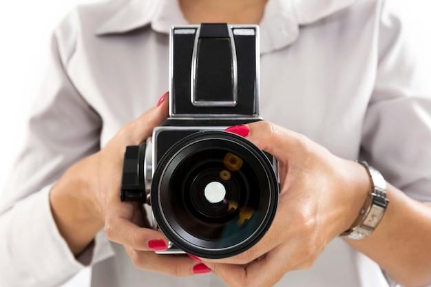 Hand met medium formaat camera