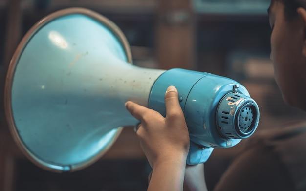 Hand met megafoon